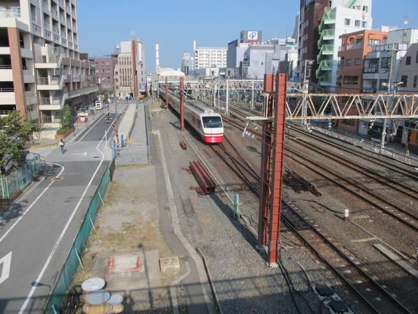 同じ歩道橋から竹ノ塚駅方向を見る。手前にあった保守用側線は撤去された。