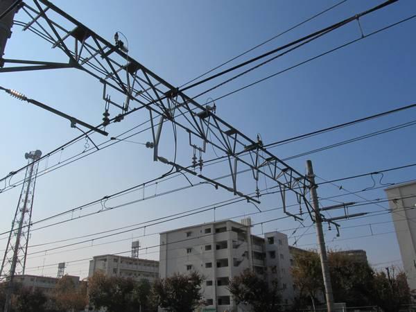 浅草方の架線の新旧移行部分。新しい架線はき電吊架式になっている。