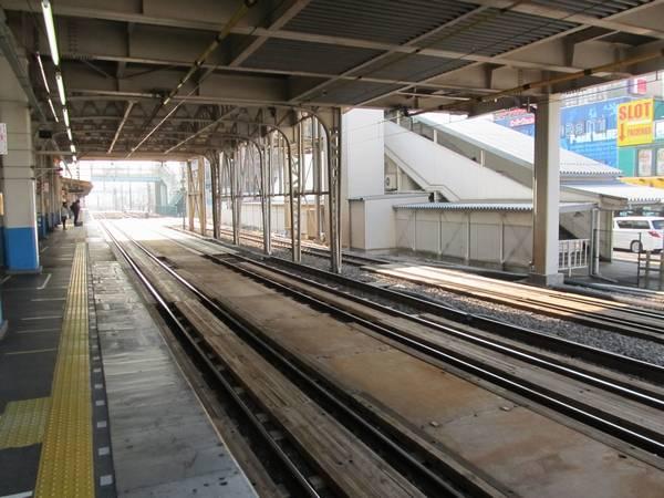 竹ノ塚駅構内の下り線。一面に木材が敷かれたが、線路の撤去や移設はまだ行われていない。