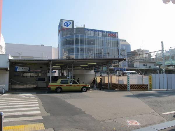 竹ノ塚駅西口。階段の前にあった店舗が取り壊された。