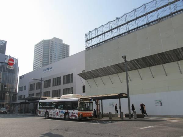 竹ノ塚駅東口の駅ビルはテナントが全て退去しており、北側半分は取り壊しが始まっていた。
