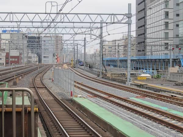 秋葉原駅ホーム上野寄りから見た縦貫線の線路。同様に完成済みとなっている。