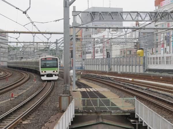 御徒町駅のホーム端から上野駅を見る。