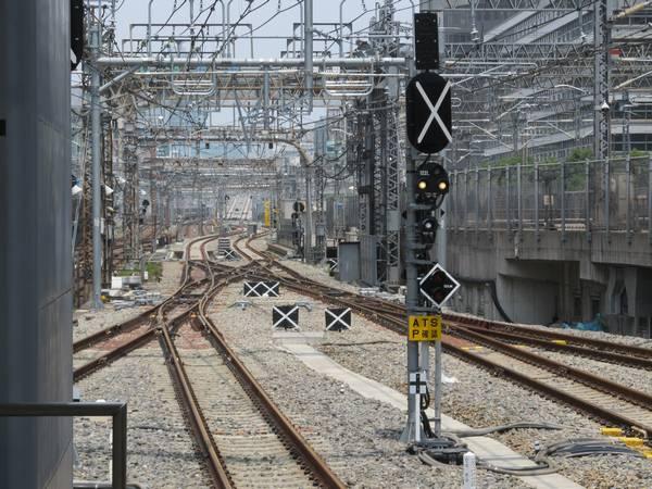 東京駅東海道線ホーム上野方。速度制限標識が黒いビニールに隠蔽された状態で設置された。