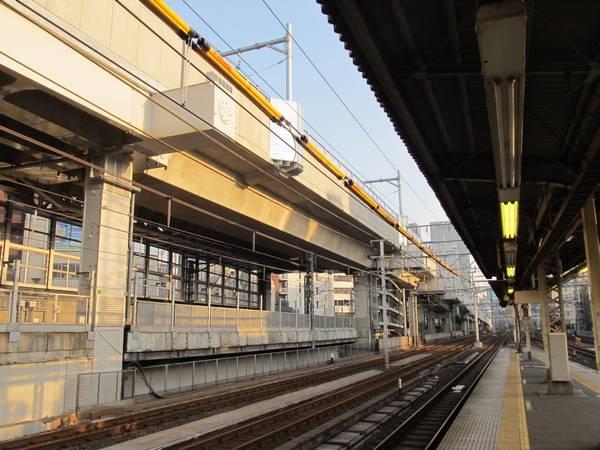 神田駅ホーム端から東京方面を見る。縦貫線の架線の設置が完了した。