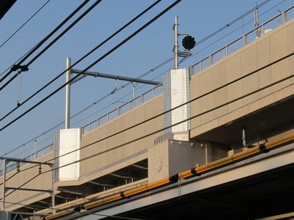 縦貫線の高架橋上に設置された中継信号機