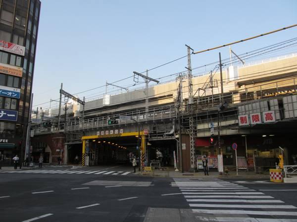 神田駅の下を通る昭和通りから工事が完了した高架橋を見る。