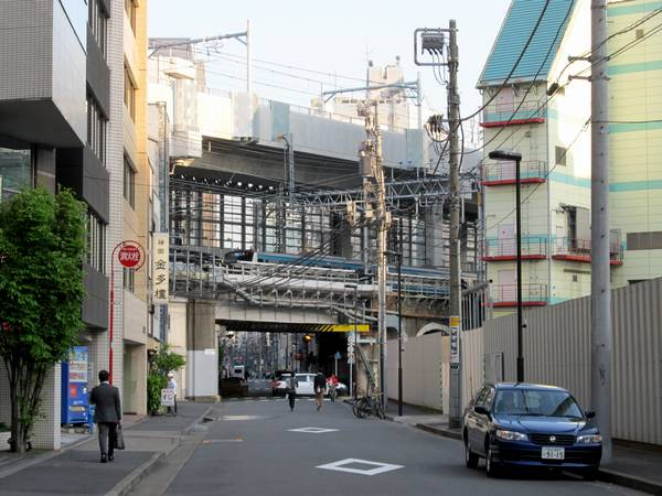 神田~秋葉原間の重層高架。架線の設置が完了した。