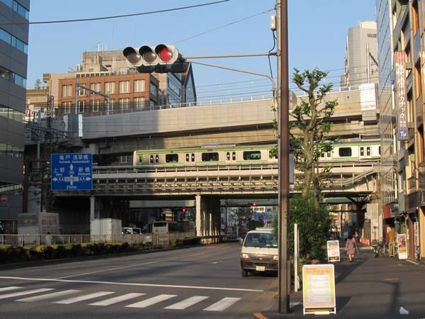 靖国通りとの交差部分も同様に架線の設置が完了。