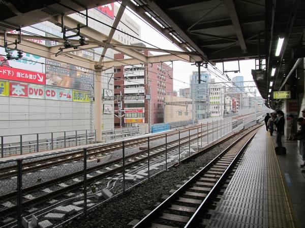 秋葉原駅ホーム東京寄りから見た縦貫線の高架橋。消音バラストが散布され、架線も設置済。