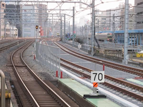 秋葉原駅ホーム端から上野方面を見る。やはり急カーブが続く。