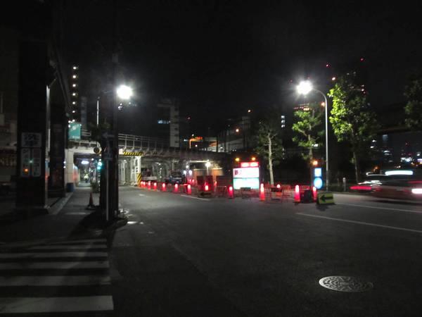 東京~神田間で交差する外堀通り。中央分離帯の一部を占用して騒音測定が行われた。