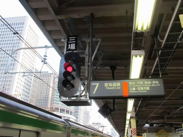 7番線中央に新設された第三場内信号機も使用開始