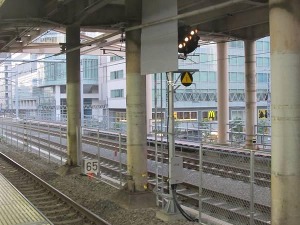 秋葉原駅脇に設置された下り線中継信号機と速度制限標識。