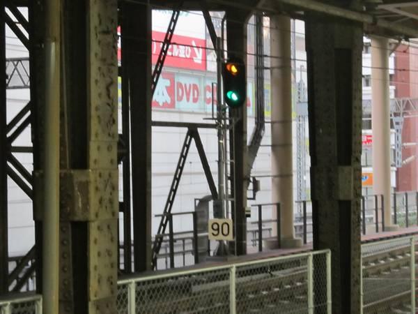 ほぼ同じ場所に設置されている上り線の第2閉塞信号機と速度制限標識。
