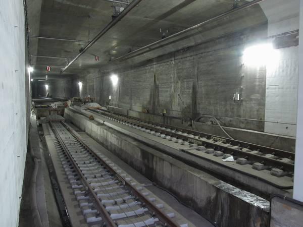 豊洲駅の内側2線の終端側。車止めの先のトンネルは住吉方面に向かってカーブしている。