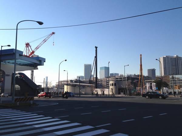 閉鎖された駅前広場の隣では豊洲シビックセンターの建設中。