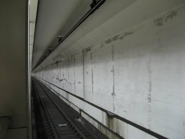 半蔵門線住吉駅は上下2層構造になっており、地下鉄8号線用の線路は留置線として使用中。