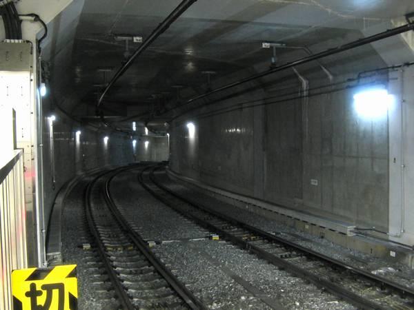 押上駅2・3番線の終端側は地下鉄8・11号線延伸に備えて下り勾配となっている。