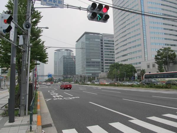 豊洲駅の真上を通る晴海通り。駅改良工事の終了により路面舗装や中央分離帯は原状に復旧された。