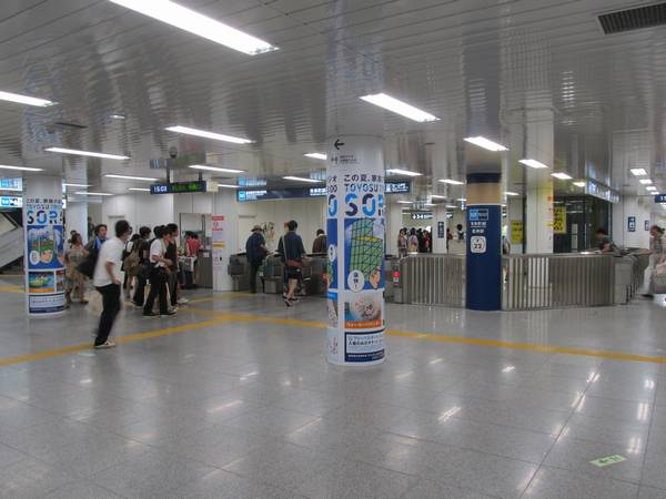 開業当初からある豊洲駅前交差点改札口は券売機の移設、自動改札機の増設などが実施された。