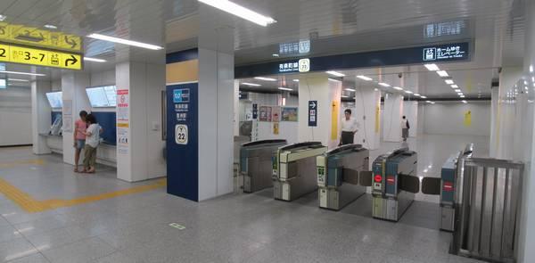 駅中央付近に新設された中央改札口。入場すると直後にホームへ直行するエスカレータがある。