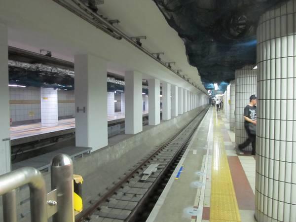 地下3階のホームは内側2線にも線路が敷設され、朝は池袋方面から当駅終着列車が設定された。