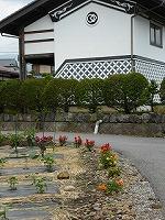 土壁と花のある風景 (2)