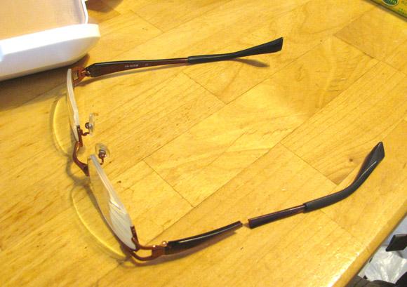 つるが折れたメガネ