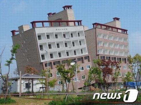 韓国ビル崩壊のおそれ_02s