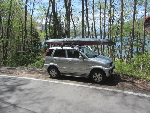 車に積んだ状態、前後にも固定用のロープをつけます。ここから担いで湖面まで運びました。