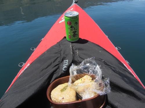 昼食は昨日の炊き込み飯のおにぎり2つ、湖上でのんびりと。