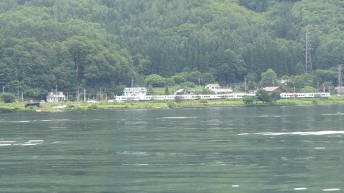 12ちょうどJR特急「あずさ」白馬行き木崎湖を通過していました (500x281)