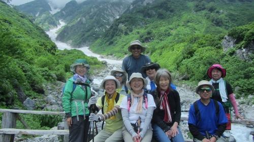 7月25日白馬大雪渓を背に白馬尻でまめったの皆と (500x281)
