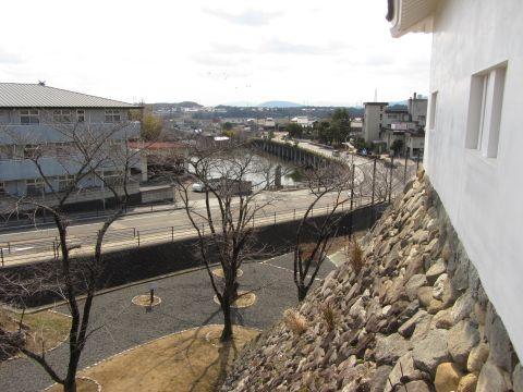 多門櫓より石坂・池の側を望む