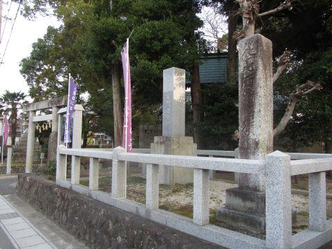 従是西亀山領の領界石と中富田一里塚跡碑