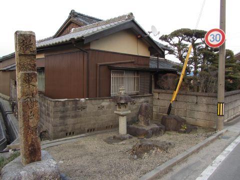 従是東神戸藩領碑と山神碑