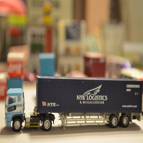 海コンを運ぶトラック