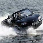 水上で横滑りする車