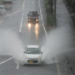 雨の日に走行する自動車