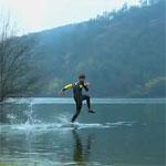 水上を走る人