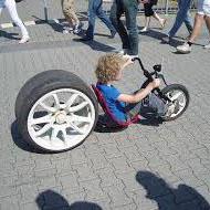 車のタイヤを履いた自転車