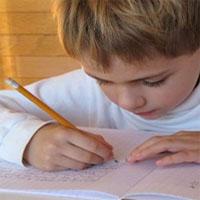 地図を書く少年
