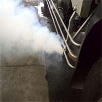 白煙を吐くトラック