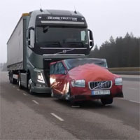 自動ブレーキで止まるトラック