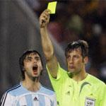 イエローカードを出されるサッカー選手