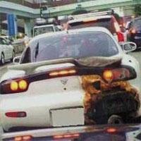 アフターファイヤーで焦げた車