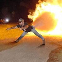 お尻から火を噴く男