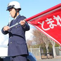 交通違反者を止める警察官