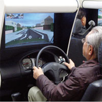 運転シミュレーションをする高齢ドライバー